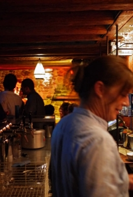 Derrière le bar
